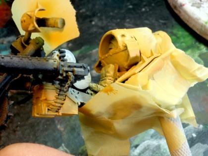 Afin de gagner du temps sur la peinture des bases de la moto, j'ai ressorti mon aérographe. J'ai tout d'abord masqué les chenilles et certaines parties. Puis j'ai basé les zones de carénages devant devenir jaune. (((Insertion image photo 14))) Cette étape réalisée, je protège les parties désormais jaune. Puis, je base les zones métalliques.