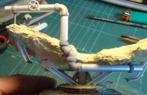 Un pipeline est modélisé. J'use de sections cylindriques en aluminium et de coudes et autres sections plastiques. Une vanne et différentes poutrelles (profilés plastiques) sont aussi intégrées. Le tout pour simuler une sorte de route en surélévation.